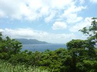与路島の大縄/ナブリュウ崎への前半の道 - 高台なので遠くまで景色が見渡せます