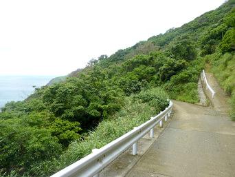 与路島の大縄/ナブリュウ崎途中の見晴台「右にそれる道があります」