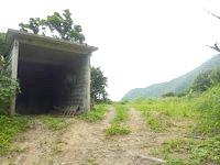 請島の石川道への後半の道 - 海の近くに建物を発見!