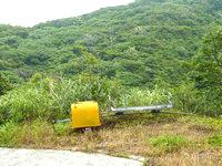 請島の大山登山口への道 - 途中に作業用のリフトがあります