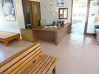 与路島の与路港/待合所 - 待合所の中には港の人もたまに居ます
