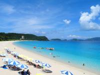 座間味島の古座間味ビーチ - 海の透明度は抜群です