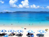 座間味島の古座間味ビーチ - 夏場はかなり人が多いです