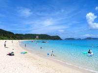 座間味島の古座間味ビーチ - 夏場はビーチパラソルでびっちり