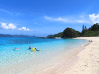 座間味島の古座間味ビーチ - ビーチは広いが遊泳区域を定めています