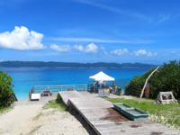座間味島の古座間味ビーチのデッキ - 古座間味ビーチが一望です