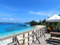 座間味島の古座間味ビーチのデッキ - 渡嘉敷島を正面に見ながらまったり