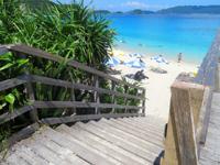 座間味島の古座間味ビーチのデッキ - 空へと伸びるデッキの階段