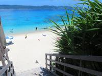 座間味島の古座間味ビーチのデッキ - ウッドデッキにテーブルとベンチ