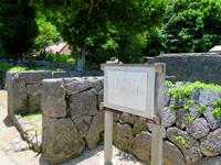 座間味島の阿佐船頭殿の石垣 - 阿佐集落の奥にあります