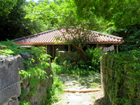 座間味島の阿佐集落の家