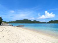 座間味島の阿護の浦のプライベートビーチ - 阿佐集落へと下る道からも見えます