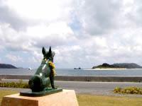 座間味島のマリリンの像 - マリリンの像には花輪が掛けてありました