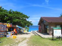 座間味島の古座間味ビーチコテージ売店/マギイ・ショップ - 最近はレンタルショップのテントも
