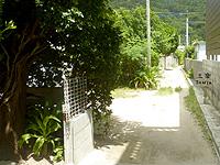 座間味島の居酒屋 三楽/SANTA - この看板が無いと通り過ぎちゃう