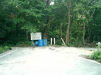 座間味島の東端の岬 - 舗装路はここまで、あとはあぜ道