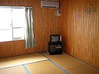 粟国島の民宿 波止場新館 - 部屋はシンプルにこんな感じ