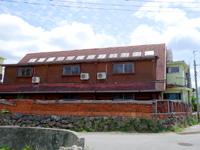 粟国島のそてつ王国ひさみペンション - 大きな片流れの屋根と赤瓦が特徴的