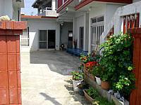 粟国島の民宿 伊佐 - 広々している中庭スペース