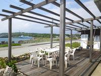 粟国島のプチホテルいさ - 1階にはテラスとハンモックがあります