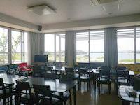 粟国島のプチホテルいさ - 1階の食堂ではコーヒーなどを自由に作れます