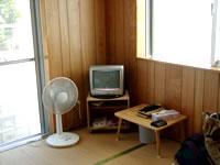 粟国島の民宿寿 - 部屋には扇風機とTVも!