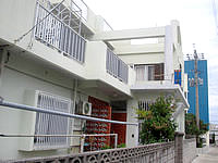 阿嘉島の民宿さくばる - 前面道路と玄関 - 前面道路と玄関