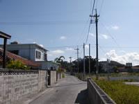 阿嘉島の民宿新城 -   まっすぐ行くとニシ浜、右に行くと港です。売店も近いので便利です。
