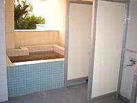 阿嘉島のゲストハウスすまいる/民宿スマイル - 2階の裏手には屋外浴槽とシャワーブース