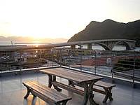 阿嘉島のゲストハウスすまいる/民宿スマイル - 4階部分の屋上からは阿嘉大橋が一望