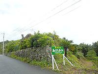 奄美大島の貸別荘あぶしまくら - カレッタの脇の坂を登ったところにあります