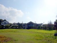 奄美大島のレスト&ロッジ翔 - 海から向かって左がコテージ・右がペンション