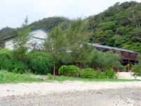 奄美大島のネイティブシー奄美アダンオンザビーチ - 倉崎海岸の海沿いのペンション的建物