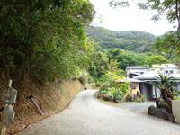 奄美大島の山小屋風民宿&食事処 ユートピア - 幹線道路からやや奥に入った所にある