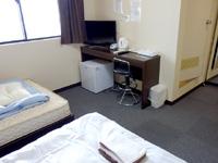奄美大島のゲストハウス ライズカレント - 机はあるけどイスが高く仕事しにくい