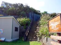 奄美大島のプチリゾート ネイティブシー奄美 - 倉崎海岸駐車場から宿まで登れる階段あり