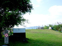 奄美大島のヴィラ・ファニー - この丘の下に建物があります