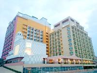 中部のベッセルホテルカンパーナ沖縄 - 手前が本館、奥のラブホのような色が新館