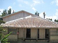 波照間島の民宿あがた村 - 古民家の後ろの木調の建物が宿 - 古民家の後ろの木調の建物が宿