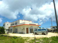 波照間島のやど いしの(いしの荘新館) - 右手の奥に見えるのが本館