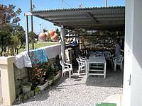 波照間島のゲストハウスNAMI(波) - 玄関脇にゆんたくスペース(屋根付き)があります