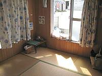 波照間島のゲストハウスNAMI(波) - 部屋は和室。扉はドアのものと襖のものがあり