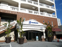 北部のベストウェスタン沖縄幸喜ビーチ - 1階左にコンビニ、右にホテル入口