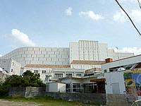 北部のホテルモントレ沖縄 スパ&リゾート - 要塞のような威圧感のある外観
