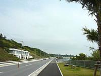 北部のホワイトホテル/WHITE HOTEL - 本部港近くの幹線道路沿い