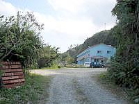 北部のシーサイドインなきじん海辺の宿(旧:なきじん海辺の自然学校・宿泊施設閉館) - 非舗装路の先に宿はあります