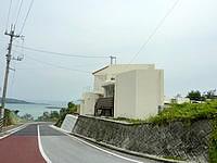 北部の沖縄のひとつ宿tinto*tinto/ティント・ティント - ウッパマビーチへと下りる坂の上 - ウッパマビーチへと下りる坂の上