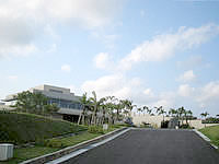 北部のホテルオリエンタルヒルズ沖縄 - この先がフロントなどのメイン棟