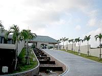 北部のホテルオリエンタルヒルズ沖縄 - エントランスまではせせらぎがあります