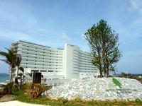 北部のホテルオリオンモトブリゾート&スパ(2014年7月開業) - 水族館側から見た外観は威圧的